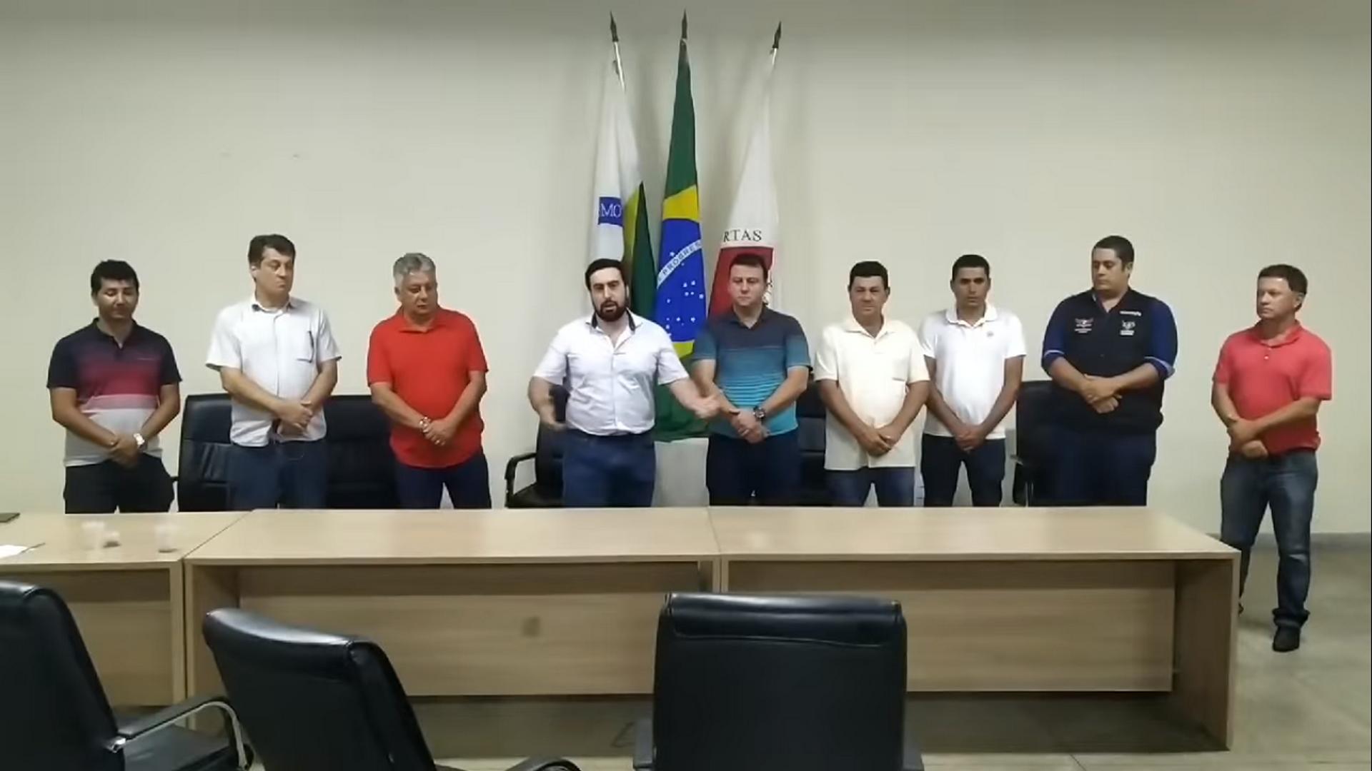 PREFEITO DE ARAPONGA PARTICIPA DE REUNIÃO JUNTAMENTE COM OUTRAS LIDERANÇAS MUNICIPAIS !!!